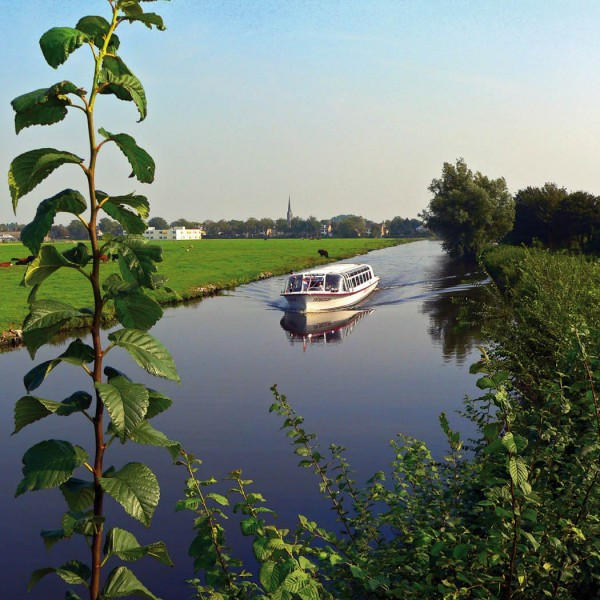 Voorhout, pleziervaartuig komende van Voorhout gezien vanuit de Noordwijkerhoek